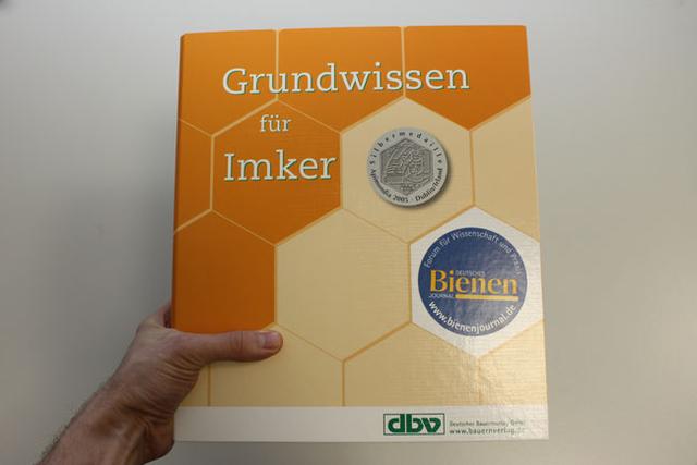 """Monatshinweise Dezember mit dem Buch """"Grundwissen für Imker"""""""