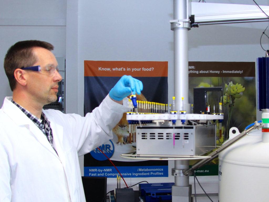 im labor mit hightech gegen honigverfaelschungen