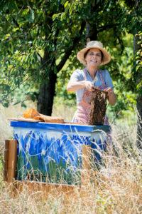 Sarah Wiener bei der Arbeit an ihren Bienen.