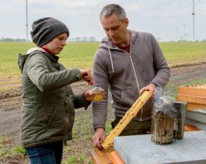 Glyphosat im Honig: Imkerpaar Seusing bei Entnahme von Honigproben