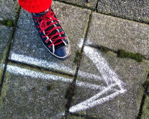 Fuß auf dem Boden mit Pfeil