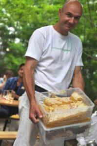 Heinz Risse nimmt die Honigernte in der wesensgemäßen Bienenhaltung vor. Foto: Hein Risse