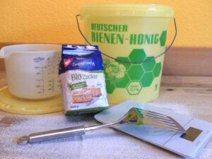 Auffüttern. Materialien zum Anrühren des Zuckerwassers. Foto: Deutsches Bienenjournal